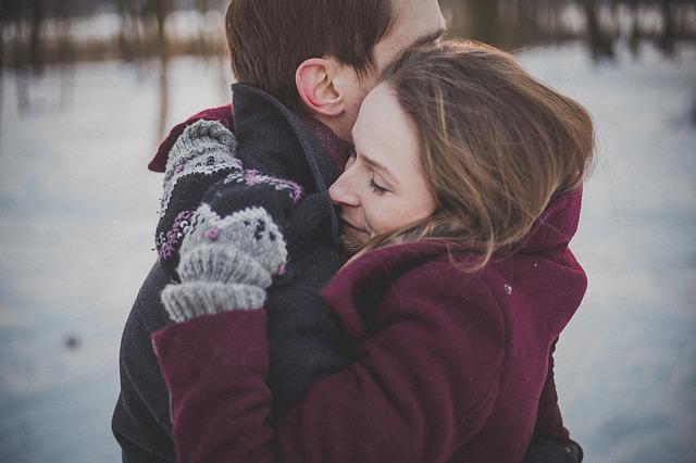 zamilovaná dvojice v kabátech