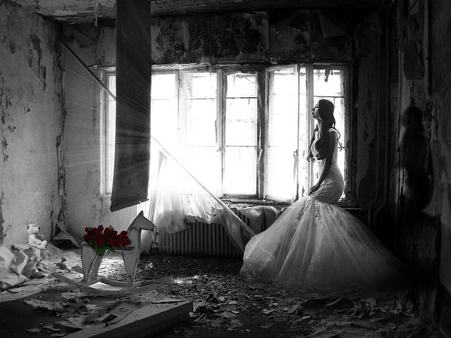 žena ve svatebních šatech