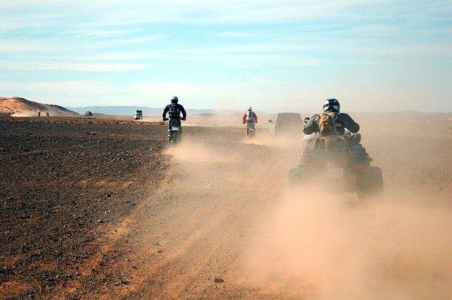 závody motorek a čtyřkolek