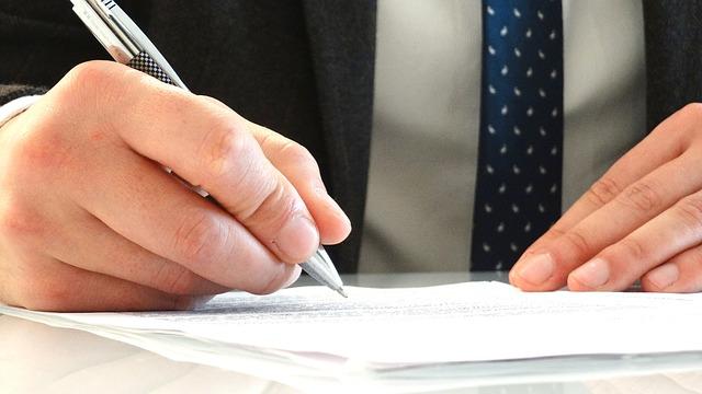 ruka při podpisu