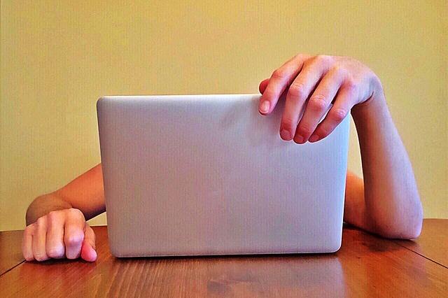 člověk za laptopem