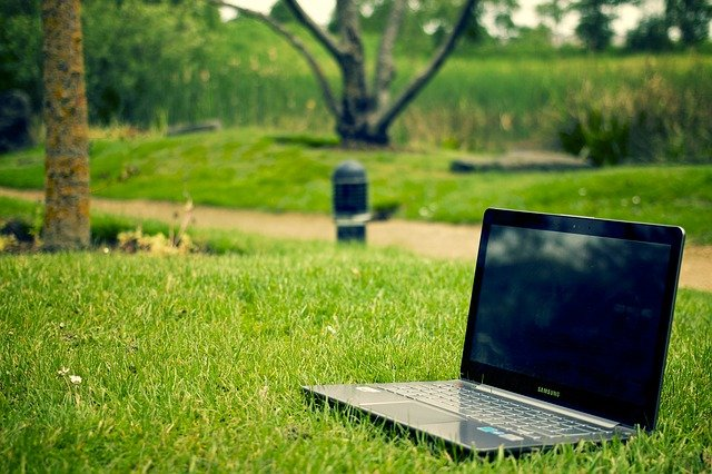 notebook Samsung v trávě