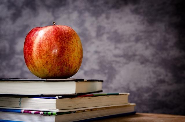 učebnice pod jablkem
