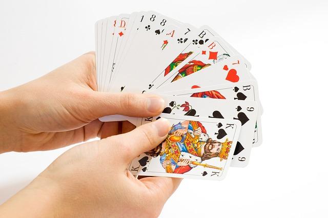 karty v ruce