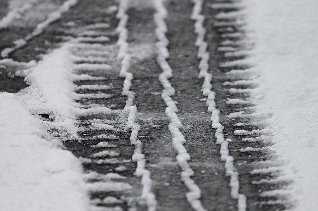 stopy pneumatik ve sněhu