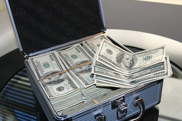 plný kufr peněz