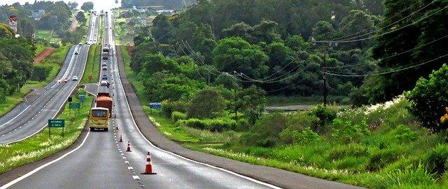 silnice vedoucí krajinou