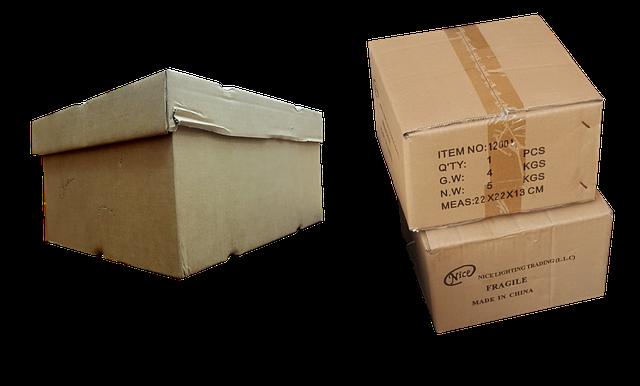 tři papírové krabice
