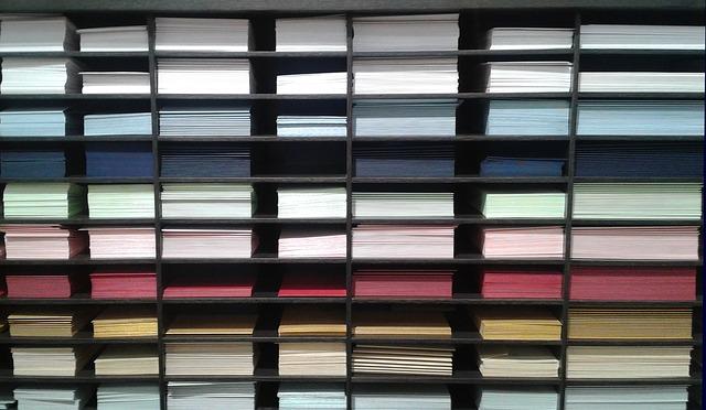 regály s různými obálkami