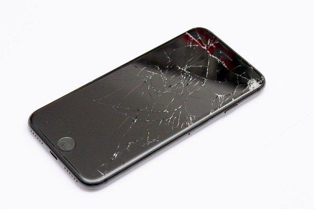 rozbitý černý mobil