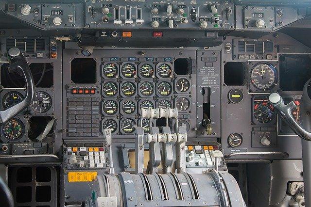 šedý kokpit letadla.jpg
