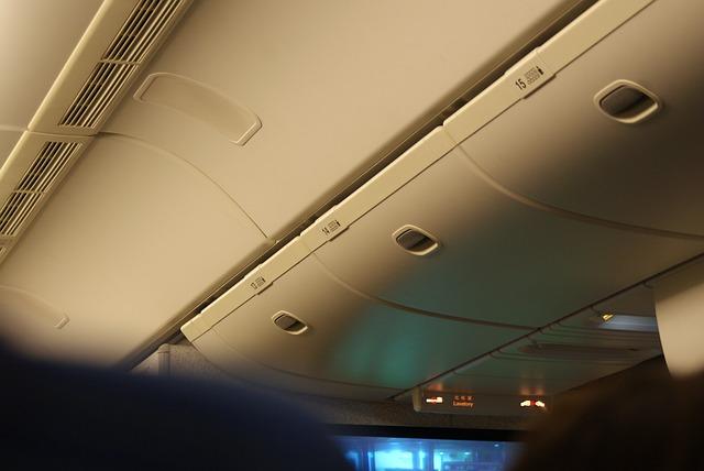 úložné prostory v kabině letadla.jpg