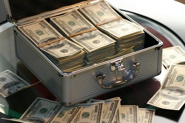 otevřený kovový kufřík s penězi