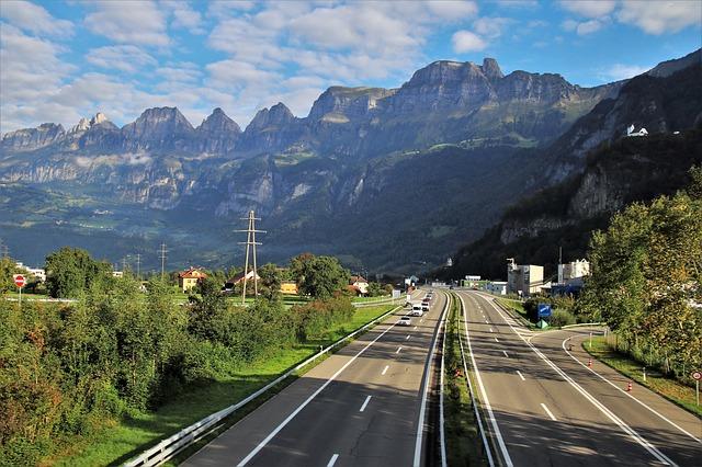 silnice s jedoucími vozidly