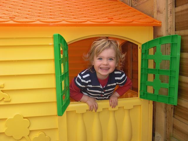 dítě v domečku