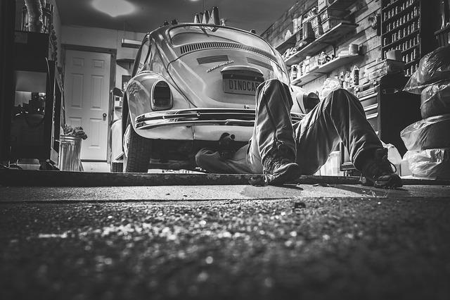 automechanik ležící pod autem starým