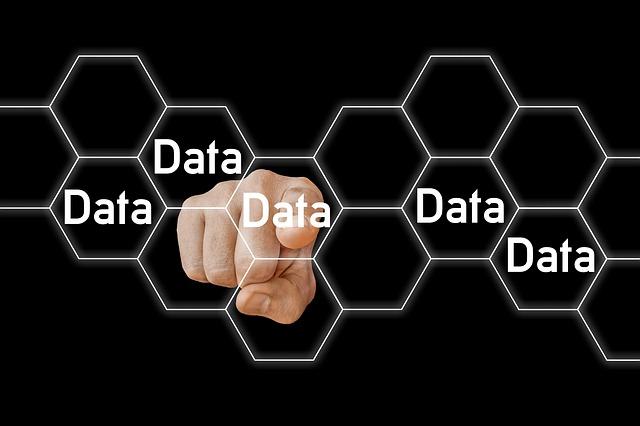 Ruka s ukazujícím prstem na systém buněk s nápisem DATA