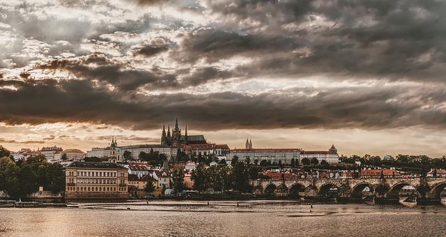 Praha pod zataženou oblohou.jpg