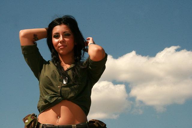 dívka ve vojenském oblečení