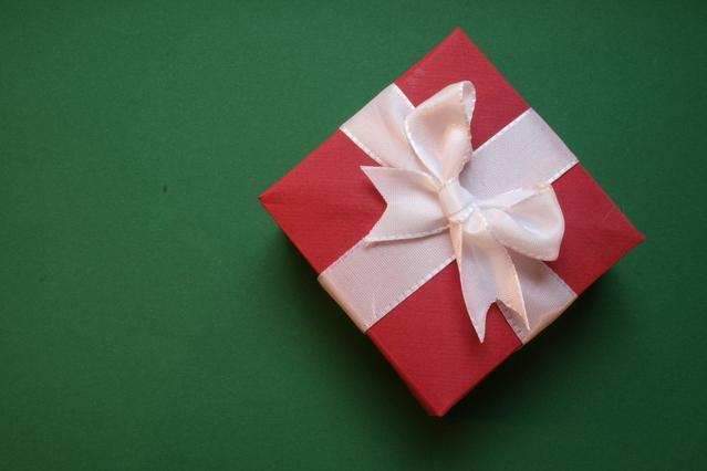 červený dáreček se stužkou