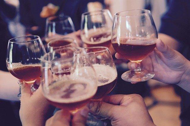 sklenice cinkající o sebe při přípitku