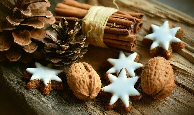 vánoční dekorace-skořice, ořechy, šiška.jpg